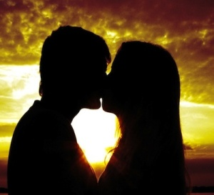 Couple_Kissing_Sunset